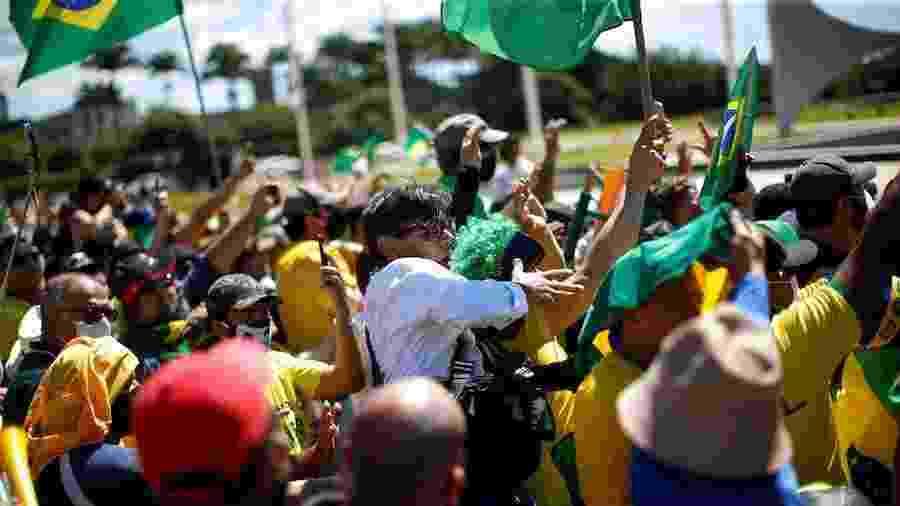 O fotógrafo Dida Sampaio, do jornal O Estado de São Paulo, é agredido por apoiadores do presidente Jair Bolsonaro - Ueslei Marcelino/Reuters