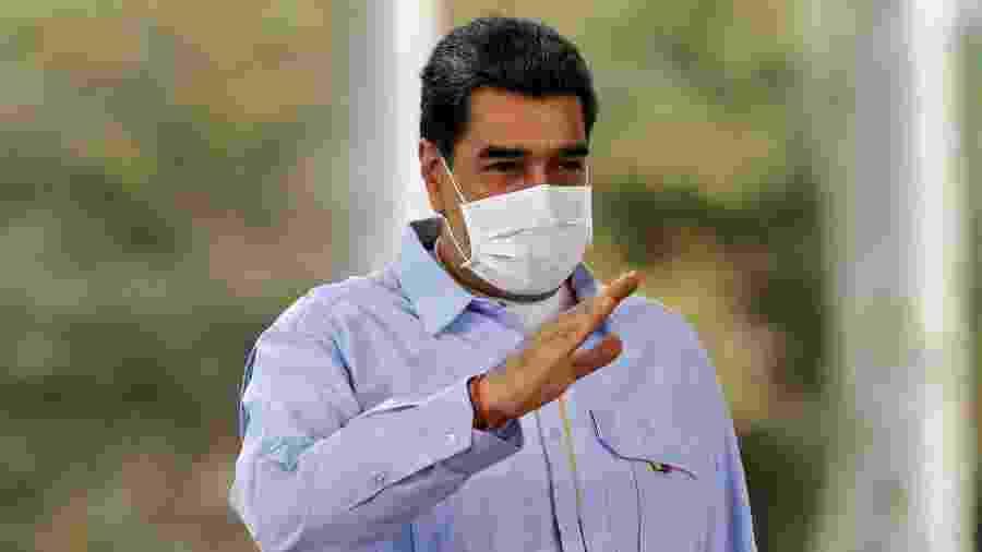 17.jun.2020 - De máscara, o presidente da Venezuela, Nicolás Maduro, grava pronunciamento à televisão, em Caracas - Marcelo Garcia/Presidência da Venezuela/AFP