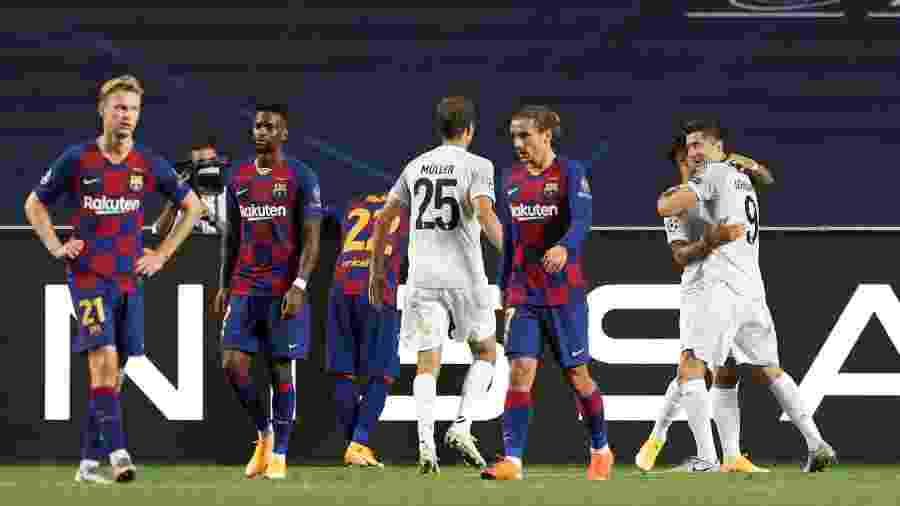 Jogadores do Barcelona lamentam gol sofrido em derrota para o Bayern de Munique - RAFAEL MARCHANTE