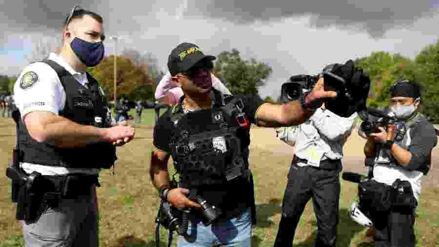 "Enrique Tarrio (de boné), presidente do grupo ""End Domestic Terrorism"", ligado ao ""Proud Boys"",  - JIM URQUHART/REUTERS"