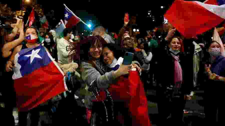 Eleitores comemoram resultado do plebiscito que decidiu mudar Carta Magna - Reuters