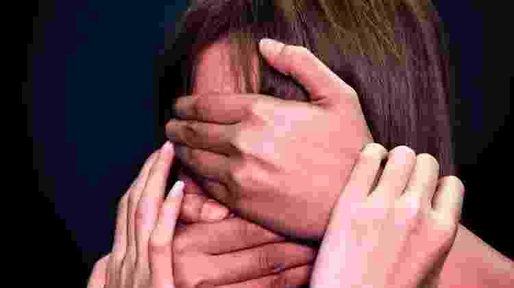 Mãos cobrem rosto de jovem - Alycia Fung / Pexels - Alycia Fung / Pexels