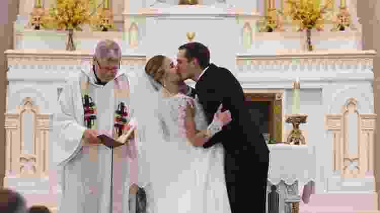 Os noivos na cerimônia religiosa que antecedeu o incêndio - Reprodução/CBS News - Reprodução/CBS News
