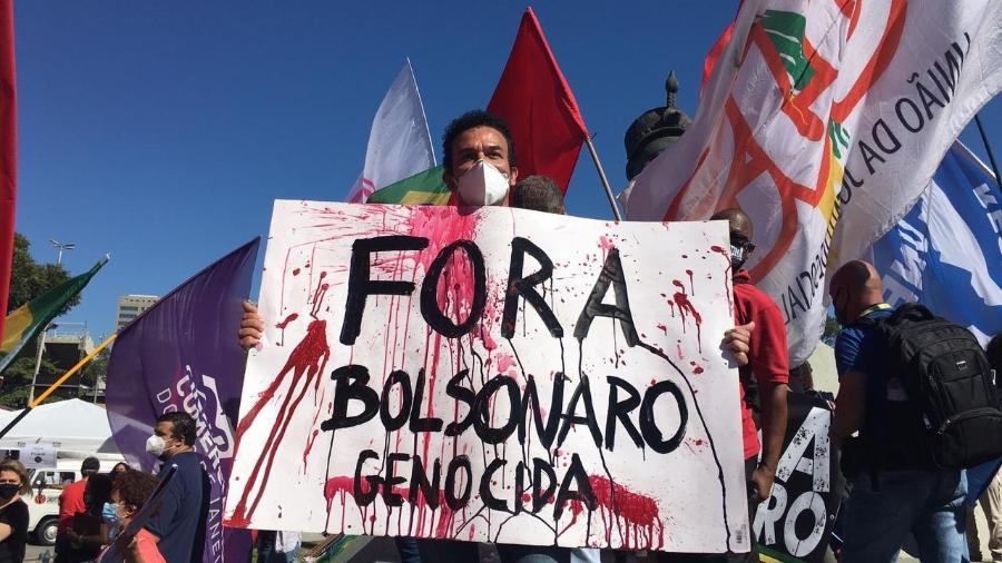 Manifestante segura cartaz com dizeres contra o presidente Bolsonaro em manifestação no Rio - Carolina Farias/UOL