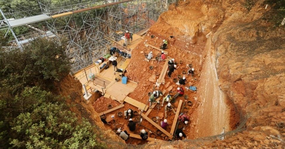 19.jun.2015 - Arqueólogos iniciam escavação em Gran Dolina, parte do sítio arqueológico de Atapuerca, na Serra de Atapuerca, na província de Burgos (Espanha). Os fósseis e ferramentas de pedra dos primeiros hominídeos conhecidos na Europa, de 780 mil a 1 milhão de anos atrás, foram descobertos no local, que foi adicionado à lista da Unesco de Patrimônio Mundial em 2000. Em 2007, a equipe de arqueólogos descobriu nas cavernas do Elefante uma mandíbula e uma falange humana de 1.200 mil anos