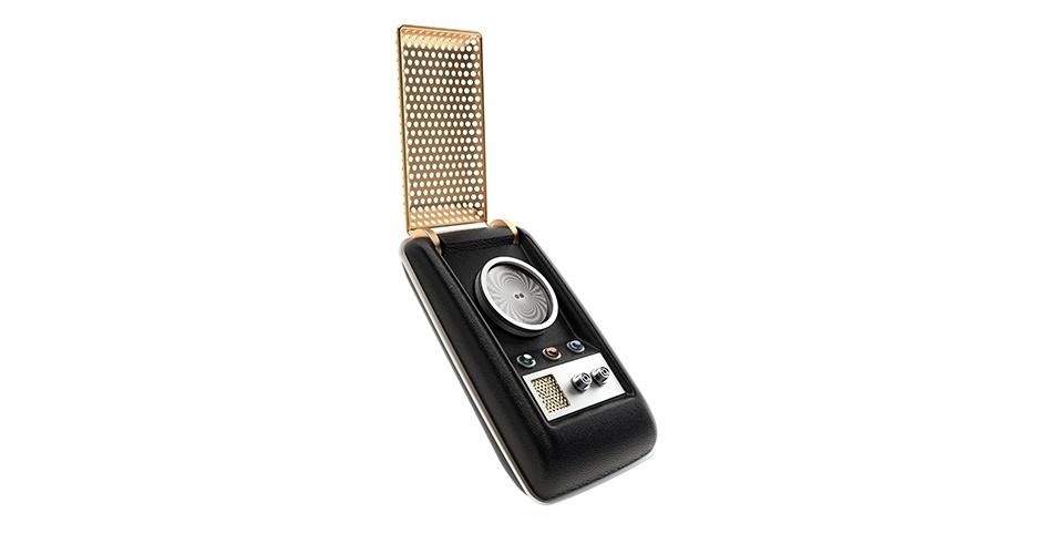"""7.jul.2015 - A empresa Wand Company tem desenvolvido um comunicador igual aos usados nos filmes da saga """"Jornada nas Estrelas"""" (""""Star Trek""""). Chamado de Star Trek Bluetooth Communicator, o dispositivo não tem teclas (precisa ser conectado a um smartphone via tecnologia Bluetooth). Para receber chamadas como o capitão Kirk, basta abrir a """"capa"""" do dispositivo e falar. Ainda não está claro como será o processo para fazer ligações, uma vez que não há teclas no gadget. O aparelho está em pré-venda no site da """"The Wand Company"""" por US$ 149,95 e só deve ser entregue ao comparadores até janeiro de 2016"""