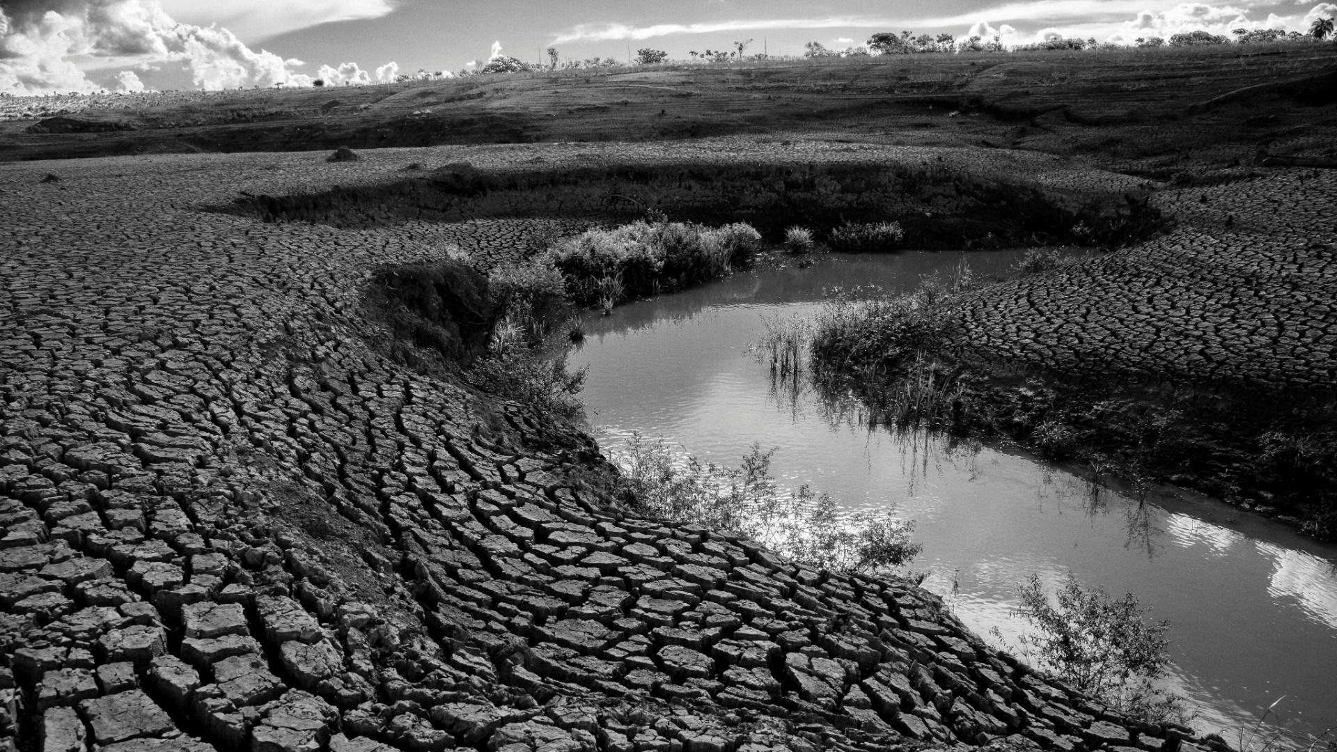 4.ago.2015 - Nesta imagem a represa tem cerca de 15% de sua capacidade