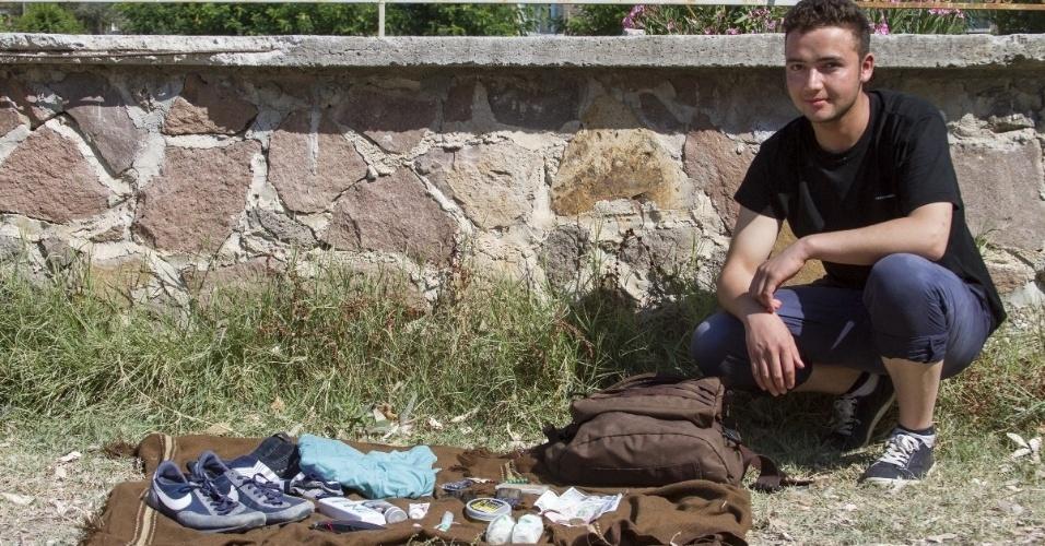 O jovem afegão Iqbal, 17, que já fugira da guerra em seu país e seguira até o Irã e depois a pé até a Turquia, chegou a Lesbos, na Grécia, mas não sabe mais para onde seguir. Ele manteve contato com um amigo que foi para a Alemanha e tem um irmão estudando na Flórida (EUA). Em sua mochila, o jovem leva roupas, itens de higiene, dinheiro e celular