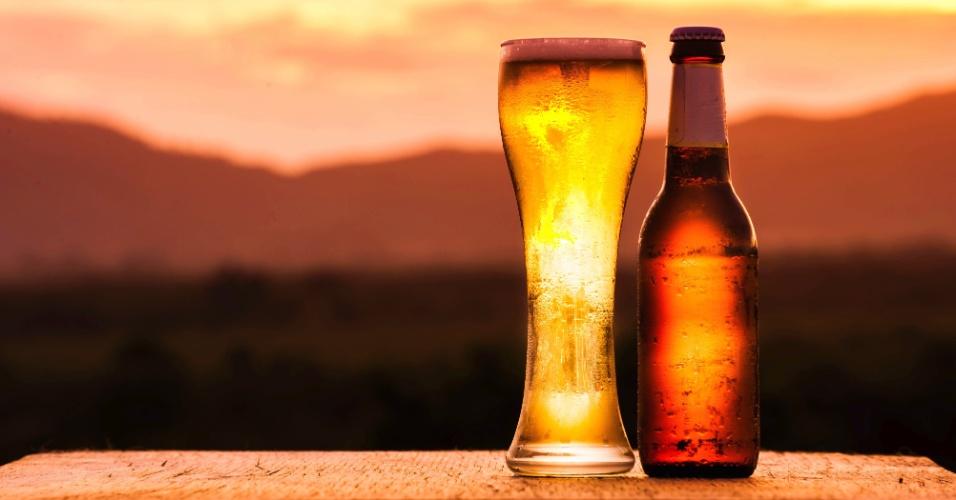 Imagem de cerveja genérica na praia, garrafa de cerveja, bebida