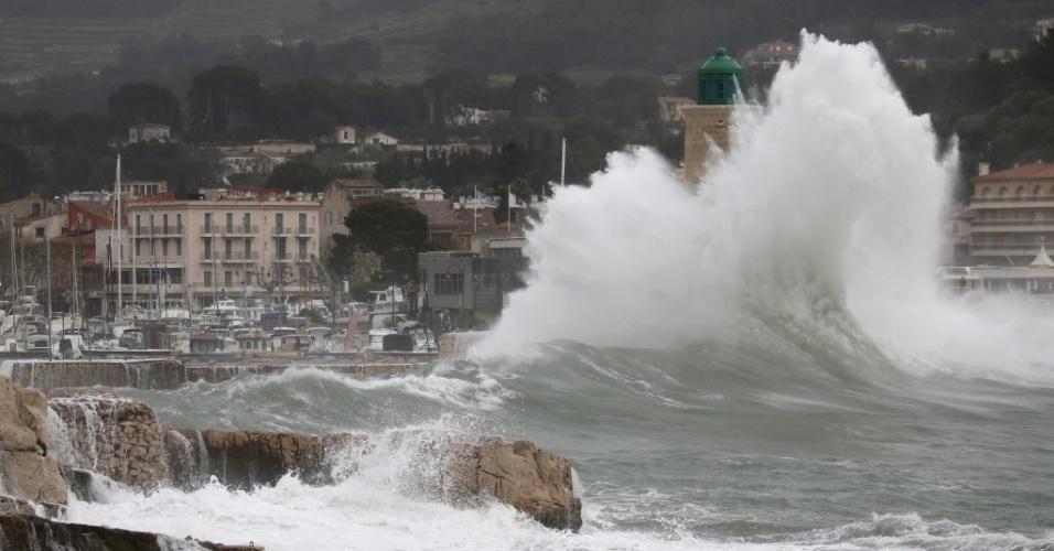 11.jan.2016 - Tempestade provoca enormes ondas em Cassis, perto de Marselha, França