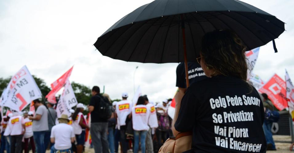 27.jan.2016 - Membros do MTST (Movimento dos Trabalhadores Sem Teto) e do Stiu-DF (Sindicato dos Urbanitários do Distrito Federal) fazem protesto na praça dos Três Poderes, em Brasília. O objetivo da manifestação é impedir o governo de privatizar a Celg (Companhia Energética de Goiás). A intenção da venda já foi anunciada pelo governo