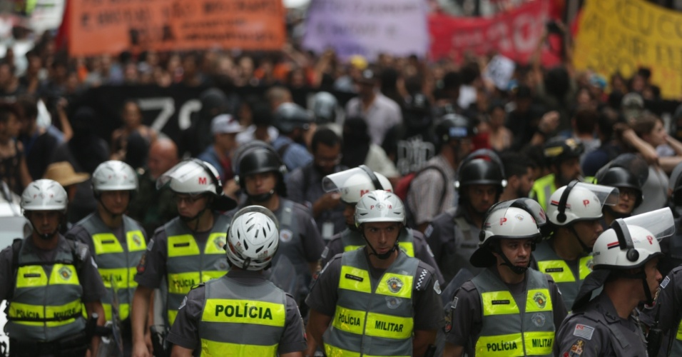 28.jan.2016 - Policiais acompanham passeata de manifestantes do MPL (Movimento Passe Livre) no sétimo ato contra o aumento da tarifa do transporte público em São Paulo. Representantes do movimento esperam que o prefeito Fernando Haddad (PT) e o governador de São Paulo, Geraldo Alckmin (PSDB) se encontrem com os manifestantes na frente da sede da Prefeitura de São Paulo