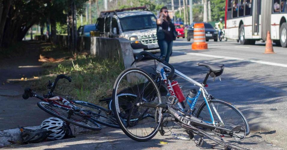 8.fev.2016 - Dois ciclistas foram atropelados na marginal Pinheiros, sentido rodovia Castello Branco, altura da ponte Engenheiro Ary Torres, na zona sul de São Paulo. Segundo informações de testemunhas, o motorista fugiu do local. Os ciclistas ficaram feridos levemente e foram socorridos pelo Corpo de Bombeiros