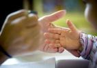 Crianças fazem massagem nos colegas em atividade de prevenção ao bullying - Daniel Rocha/Público