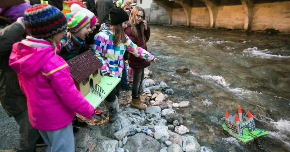 """12.mar.2016 - Crianças carregam modelos de casas e os colocam em rio em evento tradicional que simboliza a chegada da primavera em Trzic, na Eslovênia. As casinhas são chamadas de """"gregorcki"""". A primavera começa no hemisfério norte no dia 21 de março"""