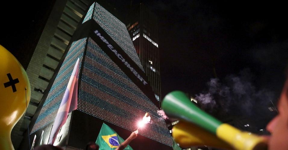 17.mar.2016 - Sede da Fiesp (Federação da Indústria do Estado de São Paulo) recebe iluminação a favor do impeachment da presidente Dilma Rousseff, na avenida Paulista, em São Paulo