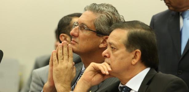O presidente da comissão especial do impeachment, Rogério Rosso (PSD-DF) (à esq.), e o relator do processo, Jovair Arantes (PTB-GO), ouvem análise dos parlamentares sobre parecer apresentado por Arantes sobre o afastamento da presidente Dilma Rousseff