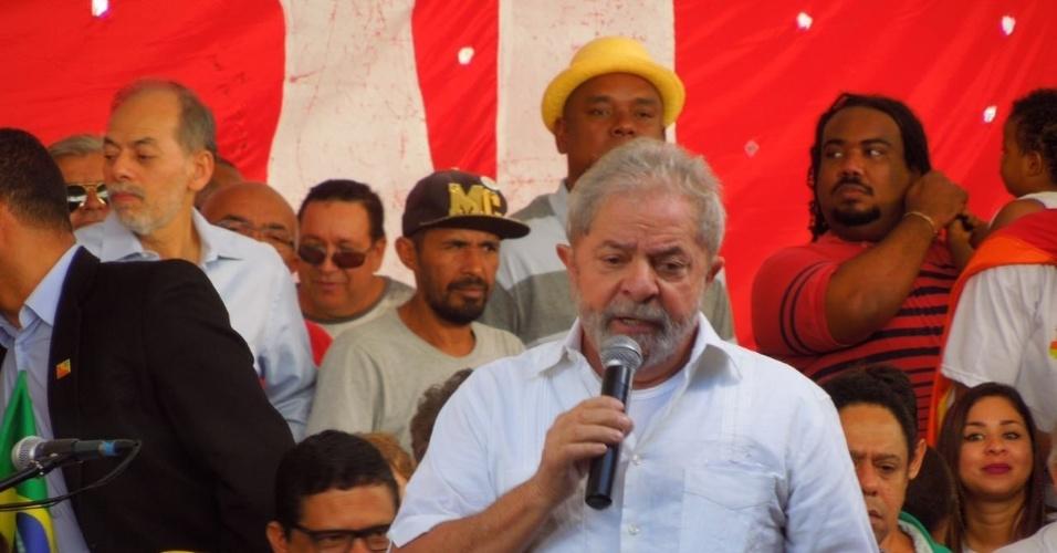 """16.abr.2016 - O ex-presidente Luiz Inácio Lula da Silva participou de um ato com movimentos sociais em Brasília contra o impeachment da presidente Dilma Rousseff. É uma guerra"""", afirmou Lula, visivelmente rouco diante de manifestantes, ao comentar sobre o trabalho que vem tendo para conseguir votos contra o impeachment na Câmara"""