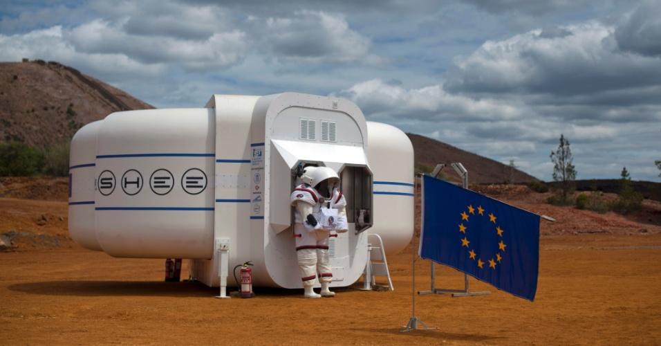 22.abr.2016 - O traje espacial Gandolfi 2 é colocado do lado de fora do Shee (habitat auto-implementável para ambientes extremos) da primeira missão de simulação rumo à Marte do projeto Moonwalk, na cidade espanhola de Minas de Riotinto. O objetivo do Moonwalk é desenvolver e testar tecnologias e procedimentos de treinamento para futuras missões humanas à Lua e Marte