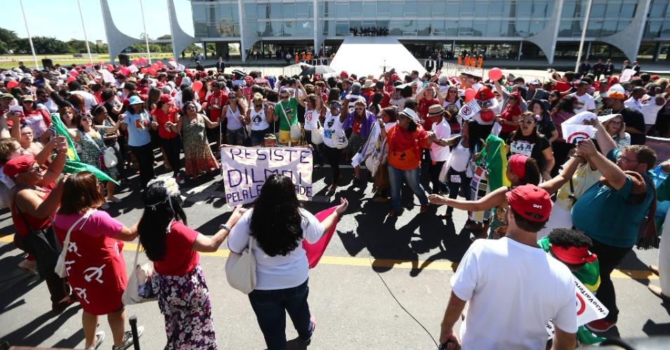 12.mai.2016 - Apoiadores da presidente afastada Dilma Rousseff aguardam pronunciamento em frente ao Palácio do Planalto, em Brasília. Após ser notificada sobre seu afastamento, Dilma deixará a sede do governo