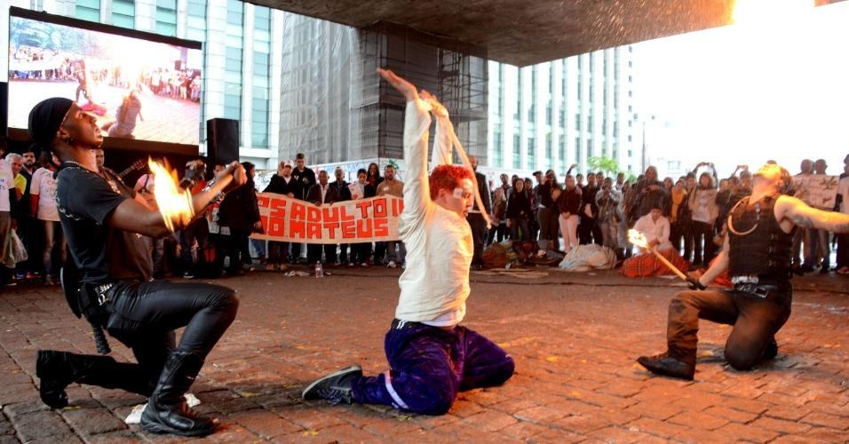 18.mai.2016 - Manifestantes fazem ato pelo Dia Nacional da Luta Antimanicomial no vão livre do Masp, na avenida Paulista, São Paulo. O grupo pede por direitos para pacientes de saúde mental, propondo uma transformação social que garanta a cidadania para todos e o respeito às diferenças