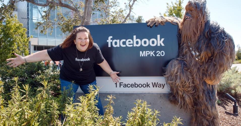 """24.mai.2016 - O CEO do Facebook, Mark Zuckerberg, convidou a norte-americana Candace Payne para conhecer a sede da empresa, em Menlo Park, na Califórnia. Ela ficou famosa na internet ao ter um ataque de riso após pôr uma máscara de Chewbacca, personagem dos filmes de """"Star Wars"""". Seu vídeo se tornou o mais visto da história do Facebook Live. Publicado na quinta-feira (19), até o momento, o vídeo de Candace já atingiu 145 milhões de visualizações e 1,9 milhão de curtidas"""
