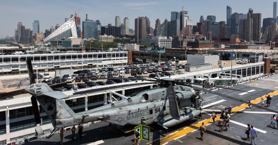 27.mai.2016 - Helicóptero militar a bordo do USS Bataan (LHD-5), um barco de assalto anfíbio, é exibido durante evento em Nova York em que homens e mulheres do serviço das Forças Armadas dos EUA visitam a cidade de Nova York como parte das comemorações do Memorial Day, feriado norte-americano que homenageia os americanos mortos em combate