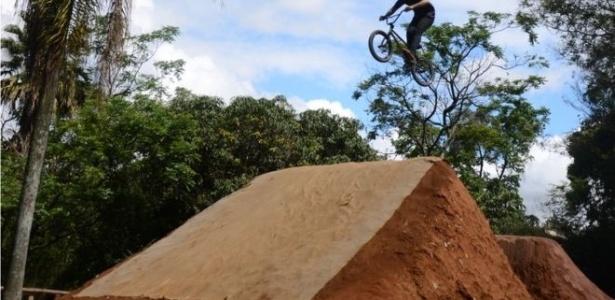 Ciclista salta em rampa construída pelos moradores de Itaim Paulista