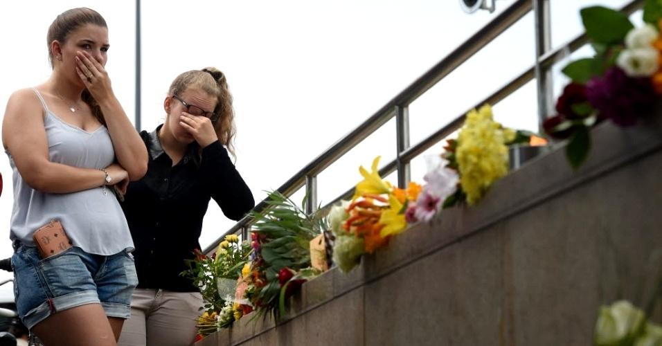 23.jul.2016 - Duas jovens choram neste sábado (23) perto de estação de metrô e de shopping onde foi registrado um ataque no dia anterior em Munique, na Alemanha. O tiroteio deixou nove vítimas, a maioria adolescente. O atirador que tinha nacionalidade alemã e iraniana se matou após o ataque