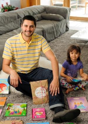 Guilherme Martins, sócio do Leiturinha, clube de assinatura de livros infantis, e sua filha Valentina, de 6 anos