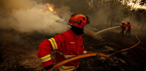 Bombeiros combatem fogo em uma floresta próximo a Agueda, em Portugal