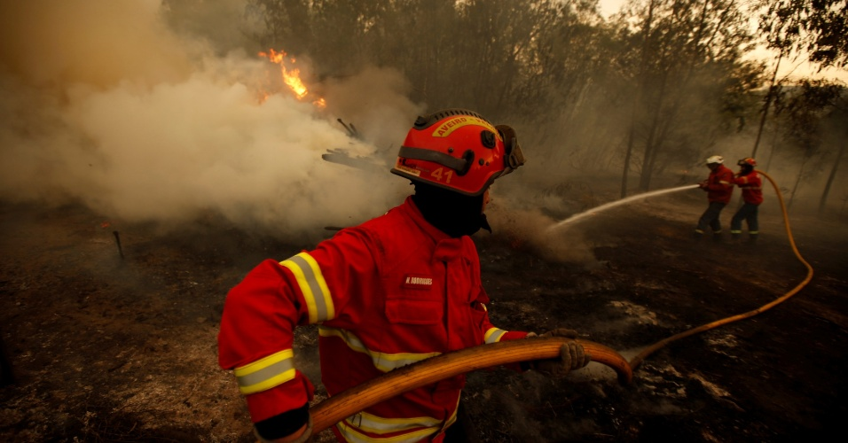 12.ago.2016 - Bombeiros combatem fogo em uma floresta próximo a Agueda, em Portugal. Incêndios florestais têm tomado vastas regiões da Europa. Além de Portugal, França e Espanha sofrem com grandes queimadas