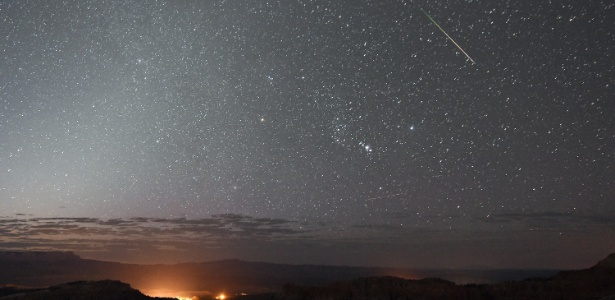 Estrela cadente ilumina os céus