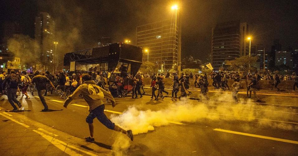 No final do protesto contra Michel Temer na noite deste domingo, policiais da Tropa de Choque da PM de SP lançaram bombas sobre os manifestantes.