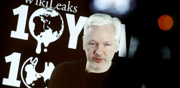 Julian Assange concede entrevista por videoconferência para comemorar o aniversário de 10 anos do WikiLeaks, em Berlim