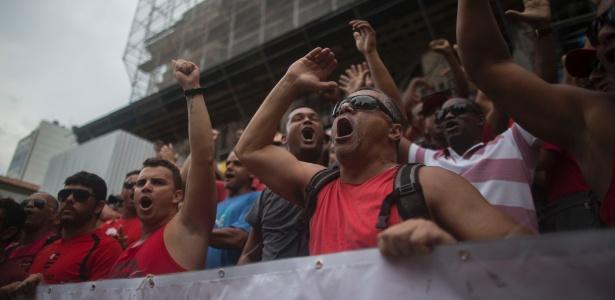 16.nov.2016 - Bombeiros nas escadarias da Alerj durante protesto de servidores
