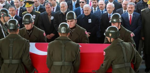 Militares carregam o caixão de um dos cinco soldados turcos mortos em ataque do Estado Islâmico na cidade síria de Al-Bab, em Ancara (Turquia)