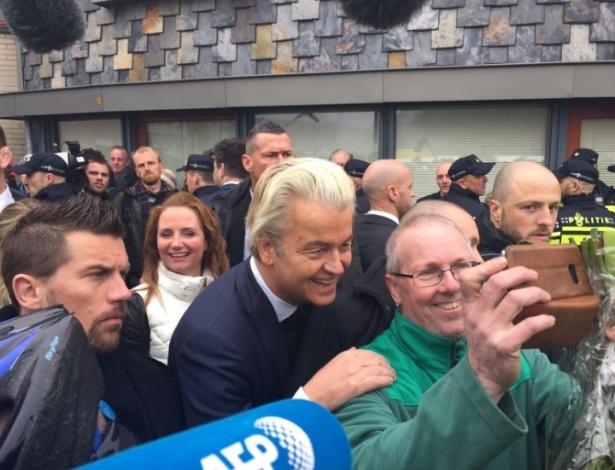 Geert Wilders posa para foto sob a escolta de vários seguranças