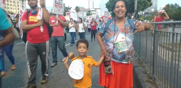Com chocalho na mão, Francisco, 4, participa de protesto no Rio - Paula Biachi/UOL