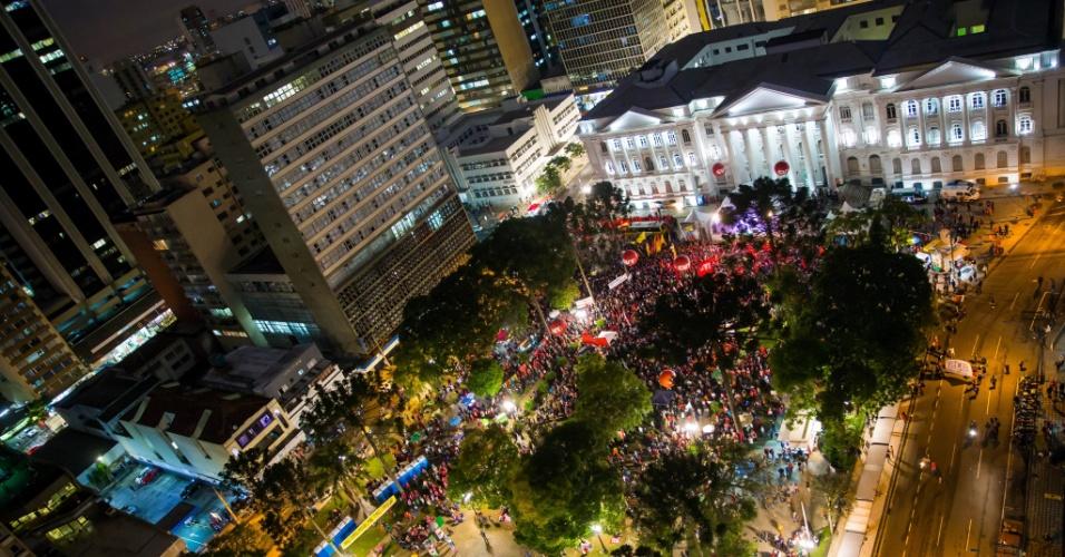 10.mai.2017 - Militantes e simpatizantes de Luiz Inácio Lula da Silva seguem o ato de apoio ao ex-presidente na praça Santos Andrade, em Curitiba