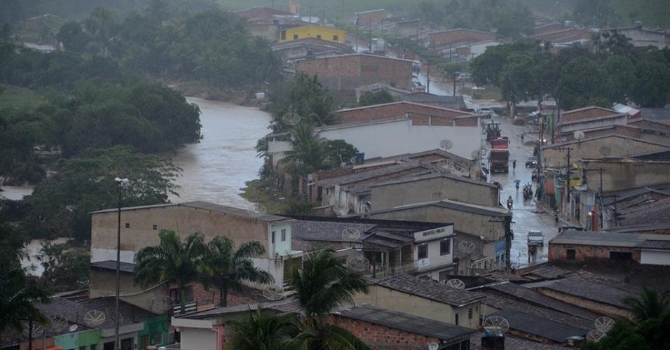31.mai.2017 - Cidade de Jacuípe, em Alagoas, fica às margens do rio homônimo, que sempre transborda e inunda ruas e casas; há muita preocupação da população pelas chuvas que ainda caem na região