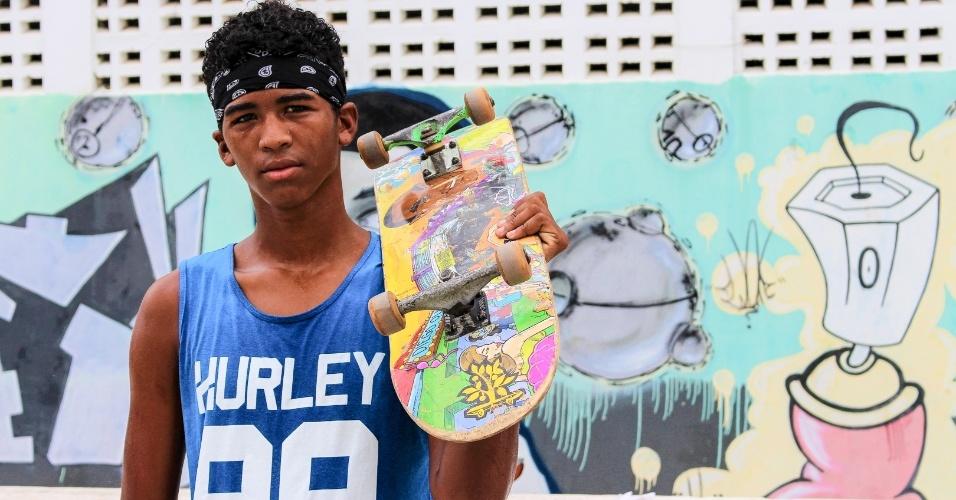 O jovem Ramon Silva, 18, sonha em ser um skatista profissional e treina no projeto Skate em Ação, em Mata de São João (BA)