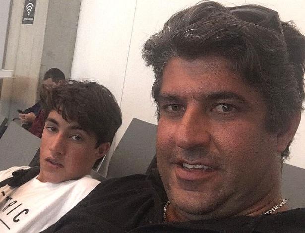 Vitor Fraga com o pai, Renato, pouco antes de embarcar para os EUA, onde o adolescente foi detido e levado a um abrigo sob a acusação de imigração ilegal