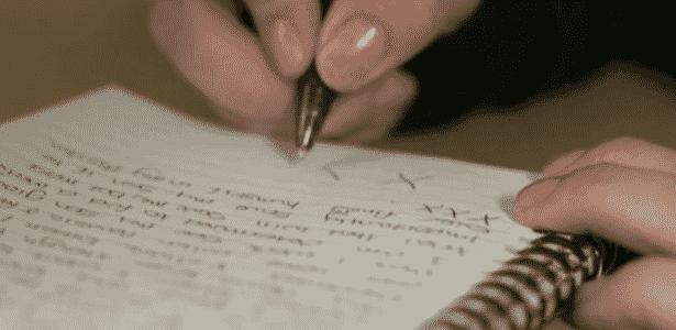 Jayde Green tem um caderno no qual escreve mensagens para seu filho ler no futuro - BBC - BBC