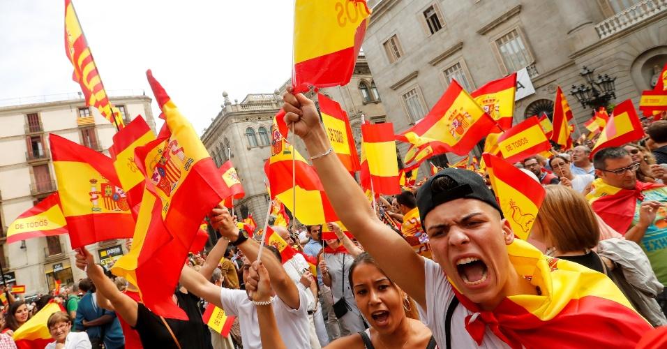 30.set.2017 - Manifestantes saíram às ruas de Barcelona para protestar contra a realização de um referendo sobre a independência da Catalunha