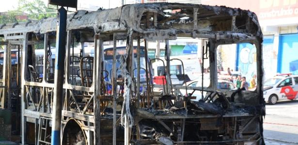 13.out.2017 - Ônibus foram queimados após assassinato de homem em um bar