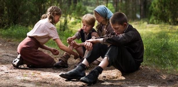"""Sobreviver na floresta: cena do filme alemão """"Wolfskinder"""", de 2012"""