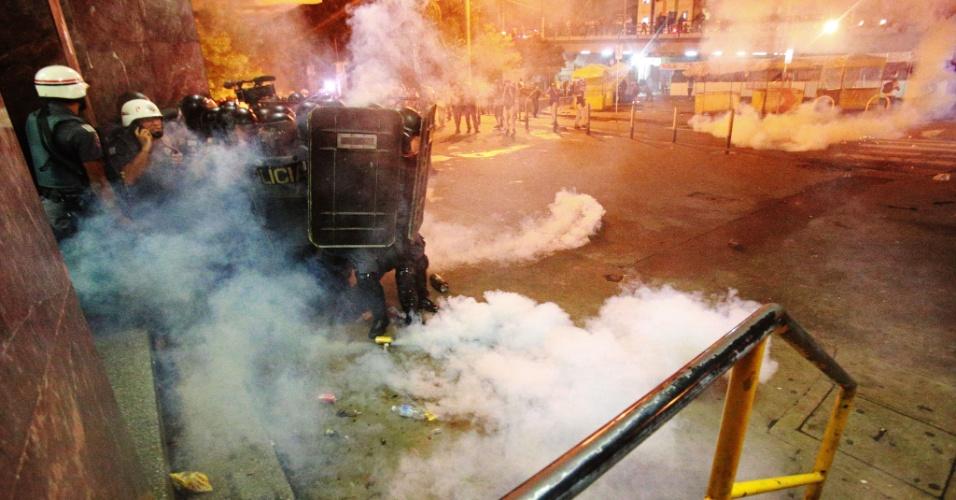 11.jan.2018 - Protesto contra o aumento das tarifas de transporte público em São Paulo terminou em enfrentamento entre manifestantes e PM. Policiais dispararam tiros de bomba de borracha e bombas de efeito moral para dispersar os manifestantes