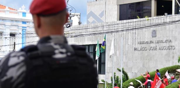 Policial em frente à Assembleia legislativa no Rio Grande do Norte