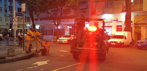 Policiais do Bope levam suspeitos baleados na caçamba de carro da polícia no Leme - UOL